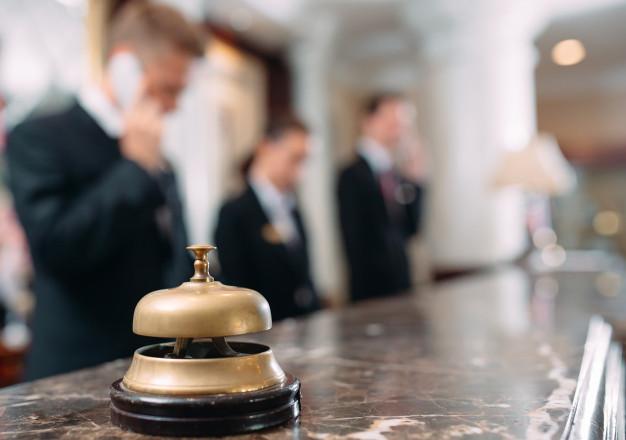 servicio-hotel-campana-hotel-conceptual-viajes-habitaciones-mostrador-recepcion-hotel-lujo-moderno_109285-743